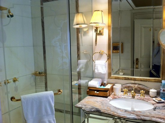 Legendale Hotel Beijing: ensuite in marble and true quality