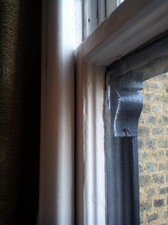 Avni Kensington Hotel : ventana muy vieja deja pasar el aire