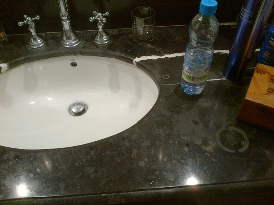 L'Heure Bleue Palais: Stained Vanity Unit - just cleaned !!