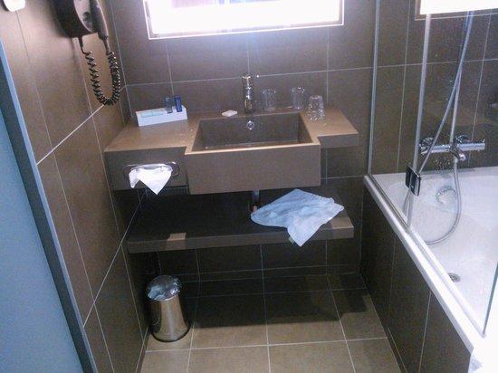 Novotel Paris Gare de Lyon: Lavabo petit, baignoire et douche bien équipées