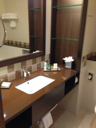 Hilton Dublin Kilmainham : Bagno molto spazioso...
