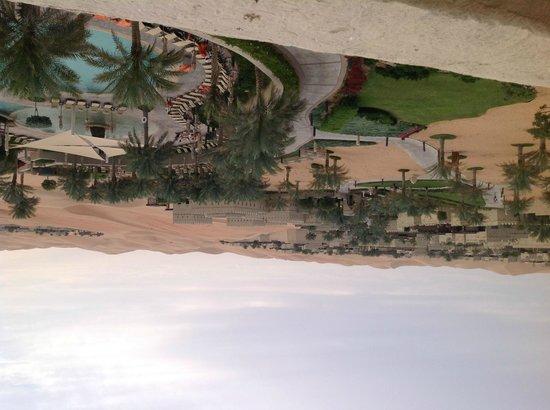 Qasr Al Sarab Desert Resort by Anantara: Vista de la zona de piscina y paisaje
