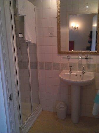 Victoria Square Hotel: Bathroom