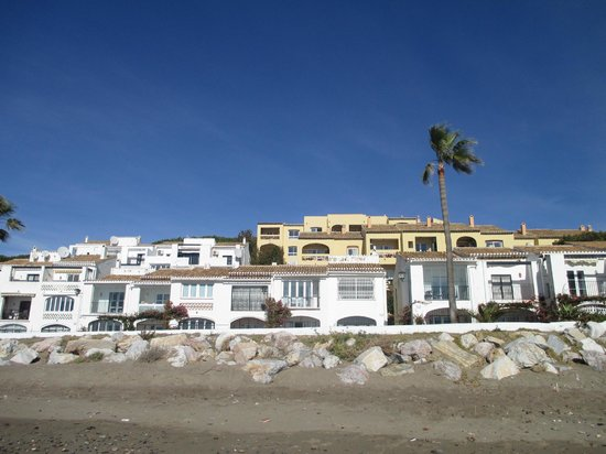 The Dona Lola Club : view of the hotel from the beach