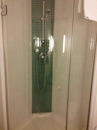 Ibis Madrid Aeropuerto Barajas: Buena ducha y muy muy amplia.