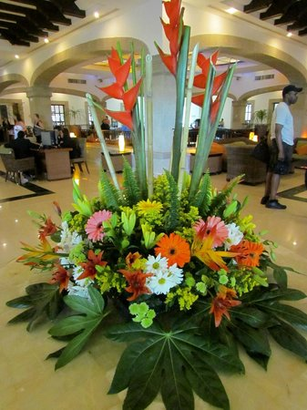 Hotel Marina El Cid Spa & Beach Resort : pretty flowers in the lobby