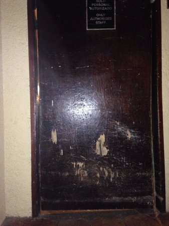 Holiday Inn Resort Ixtapa: Banged up door!!!