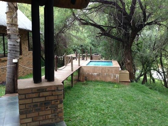 Hippo Pools Resort: vista al rio