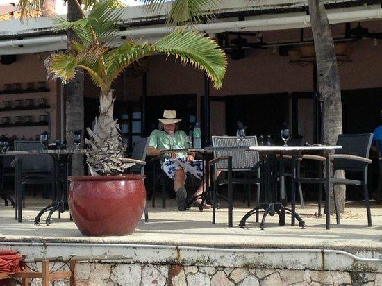 Straw Hat Restaurant: Patio dining