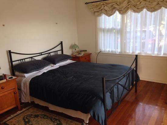 St Leonards Vineyard Cottages : The Cottage bedroom