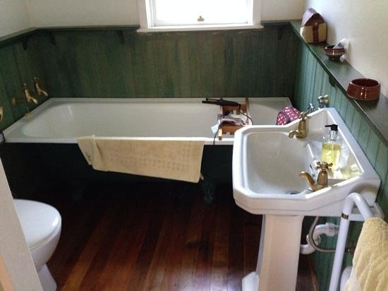 St Leonards Vineyard Cottages: The Cottage bathroom