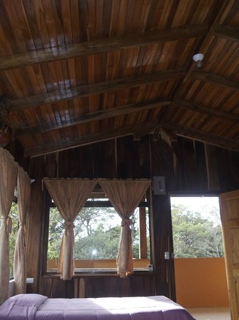 Monteverde Villa Lodge: Beautiful high ceiling room.