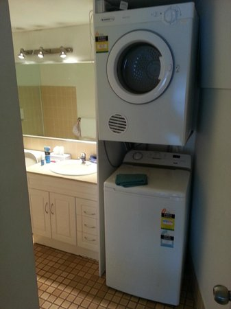 Metro Apartments On Darling Harbour: laundry in bathroom