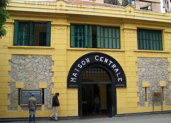 Hỏa-Lò-Gefängnis (Hanoi Hilton): Not your average hotel entrance.