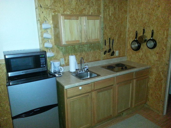 Claxton's Cabins: Kitchen area