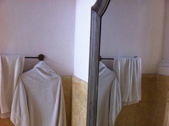 Hotel Casa San Agustin : roupões e toalhas