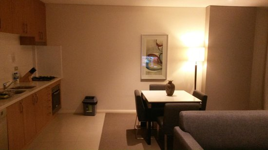 Meriton Serviced Apartments, Waterloo: dining area