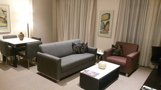 Meriton Suites Waterloo: lounge area