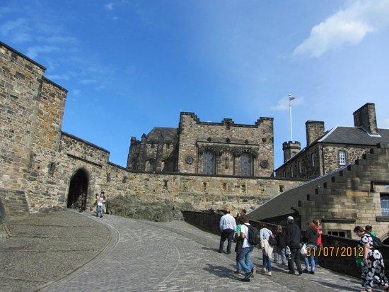 Edinburgh Castle: Camino interior del castillo de Edimburgo