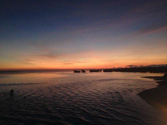 Dos Palmas Island Resort & Spa: 朝焼け。朝一のボートで本島に戻りました。