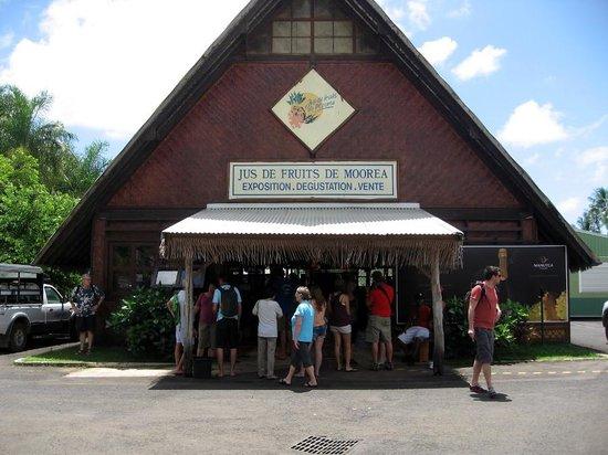 Jus de Fruits de Moorea: モーレア島フルーツ工場売店 写真黄色の点線先がトイレです