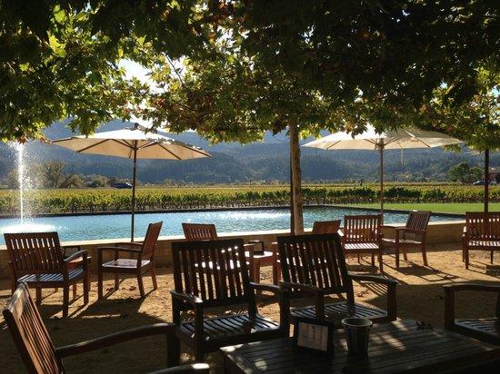 Alpha Omega Winery: Shady patio seating
