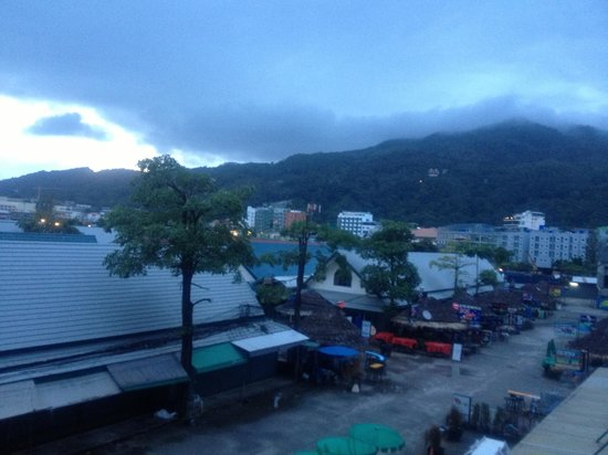 Ashlee Hub Hotel Patong : Centra Ashlee - View from our room early in the morning when streets are empty