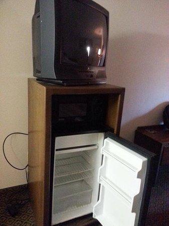 Econo Lodge: tv and fridge