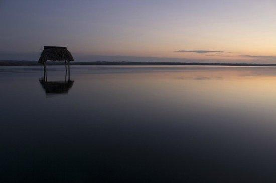 Hotel Mon Ami: Atardecer en Lago Peten