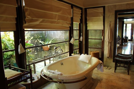 Four Seasons Resort Bali at Jimbaran Bay: bathtub