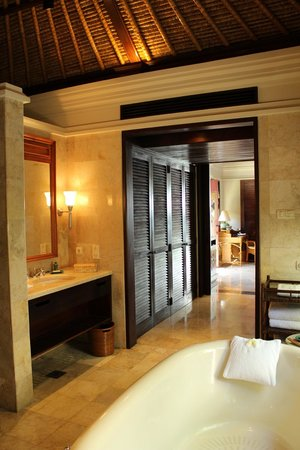 Four Seasons Resort Bali at Jimbaran Bay: huge bathroom
