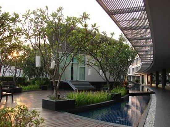BEST WESTERN PREMIER Amaranth Suvarnabhumi Airport: Walkway to pool and spa