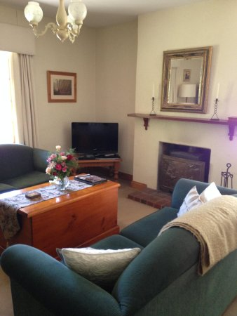 Country Pleasures B & B : Lounge looking towards front of cottage