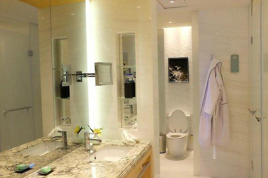 Jing An Shangri-La, West Shanghai: Bathroom