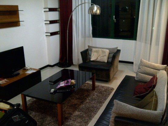 Likas Square Apartment Hotel: living room