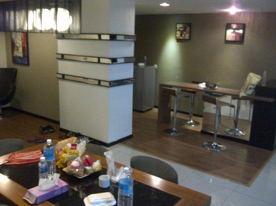 Likas Square Apartment Hotel: bar