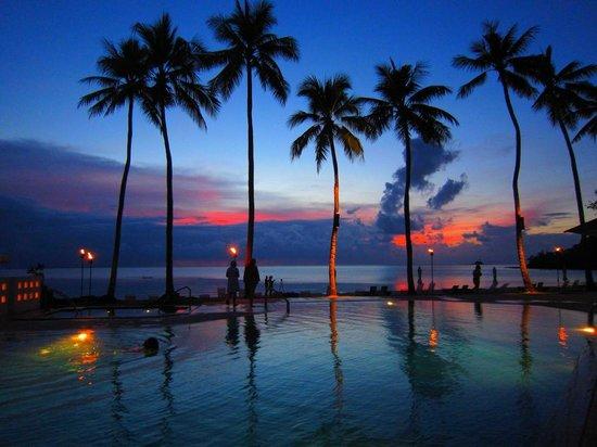 Palau Pacific Resort: プールサイトからのサンセット