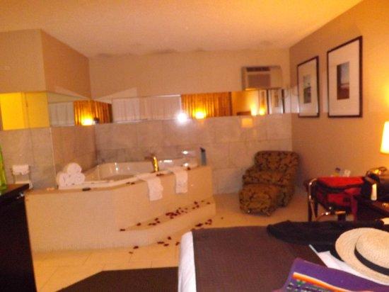 Best Western Plus Inn Of Ventura: Spa & Sitting Area