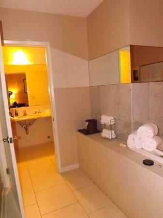 Best Western Plus Inn Of Ventura: Large Bathroom