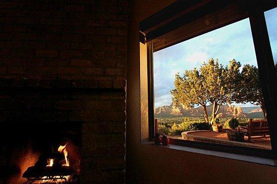 Sky Ranch Lodge: 暖炉