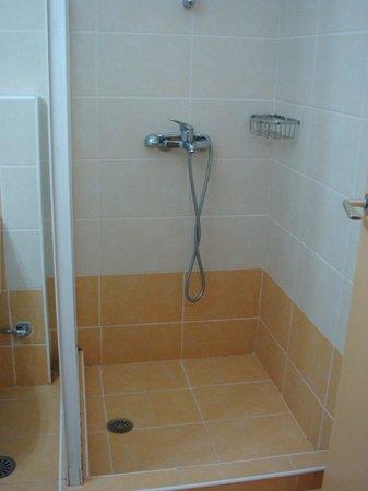 Hotel Bakos: душ в номере