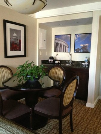 DoubleTree Hotel Washington DC: DoubleTree, Washington DC, room, wet bar area