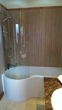 Letterfinlay Lodge Hotel : Lochy Suite Bath/Shower