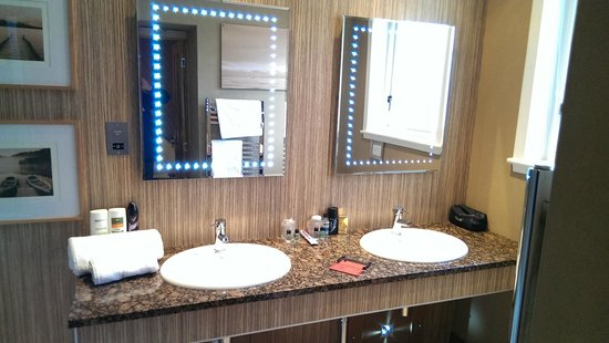 Letterfinlay Lodge Hotel: Lochy Suite Double Sink Area