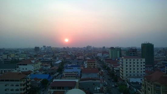 Kolab Sor Phnom Penh Hotel: sunset from rooftop