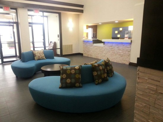 Holiday Inn Express & Suites : Lobby