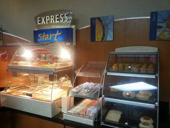 Holiday Inn Express & Suites: Great selection for breakfast!