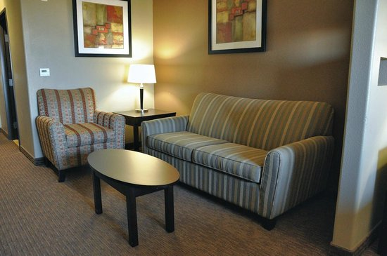Best Western Plus Texoma Hotel & Suites: Chair and hide-a-bed sofa in our king suite.