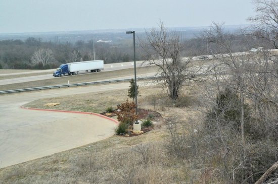 Best Western Plus Texoma Hotel & Suites: Noise from Highway 69, particularly from passing trucks, was prominent in our room.