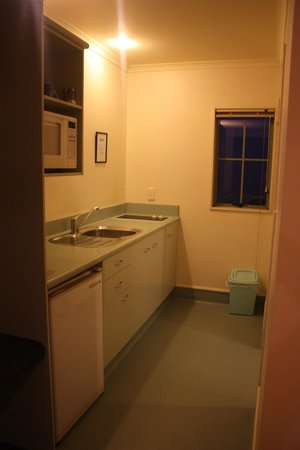 Colonial Lodge Motel: Kitchenette - just right for me